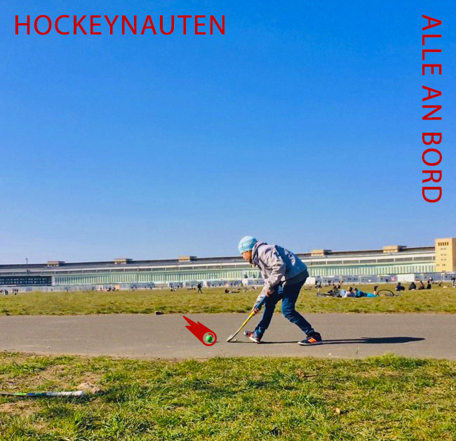 Mädchen spielt Hockey auf dem Tempelhofer Flughafenfeld, Flughafengebäude im Hintergrund
